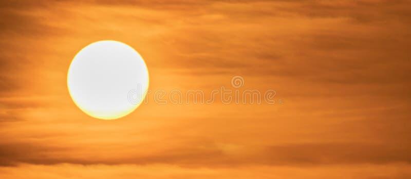 Fim extremo acima do ajuste do sol com as nuvens vermelhas dramáticas no por do sol Imagem de Pamoramic fotografia de stock