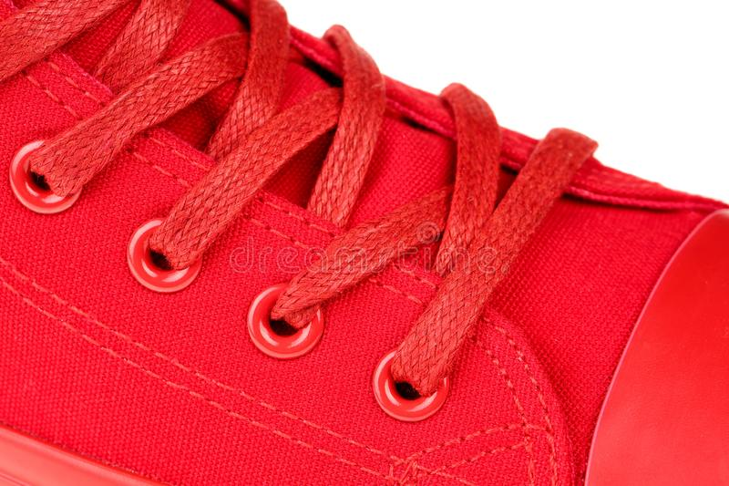 Fim extremo acima do laço alto da parte superior das mulheres vermelhas acima da sapatilha isolada no fundo branco imagem de stock