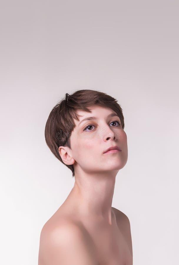 Fim fêmea bonito da cara acima retrato do modelo novo no estúdio no branco fotografia de stock royalty free