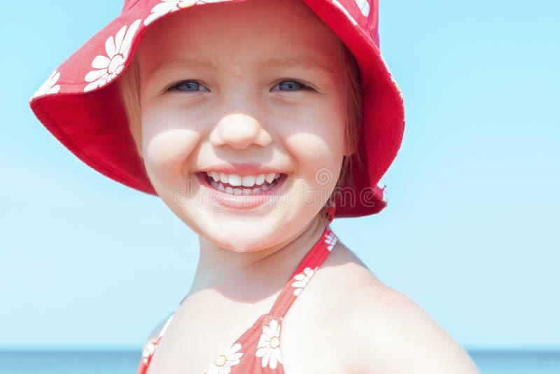 Fim feliz do sorriso da menina da criança acima foto de stock