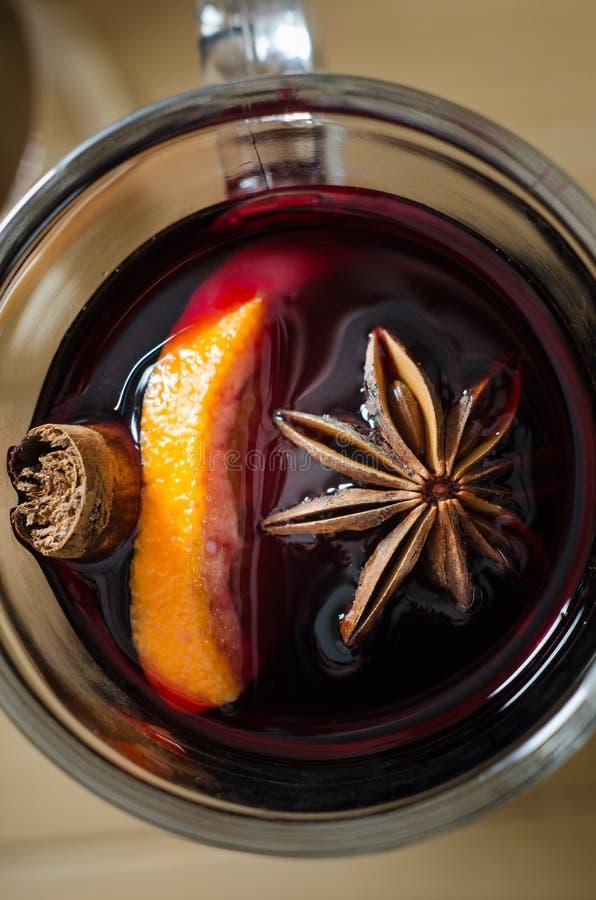 Fim ferventado com especiarias Natal das despesas gerais do vinho acima imagem de stock royalty free