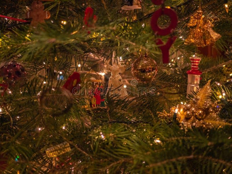 Fim festivo da árvore acima imagem de stock royalty free