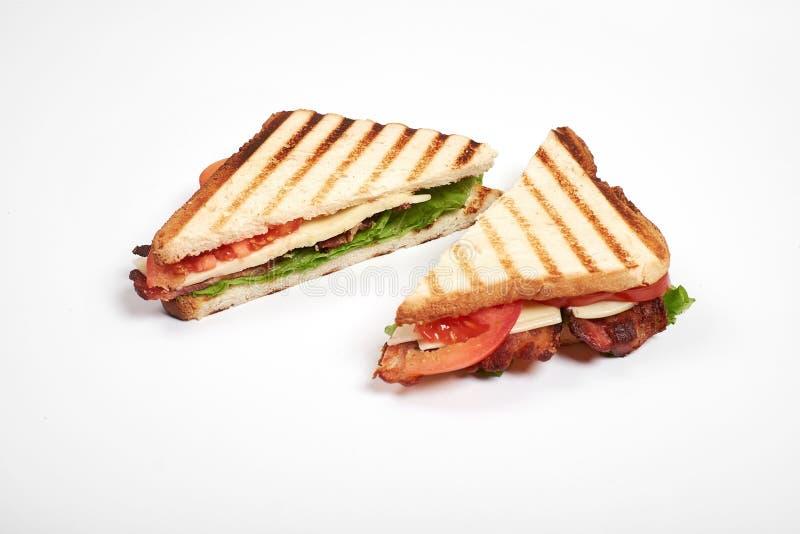 Fim fresco do sanduíche acima com os vegetais e a carne isolados no fundo branco imagens de stock royalty free