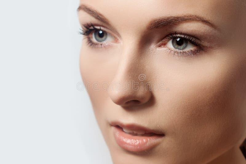 Fim fresco limpo da pele da jovem mulher bonita da cara acima imagem de stock royalty free
