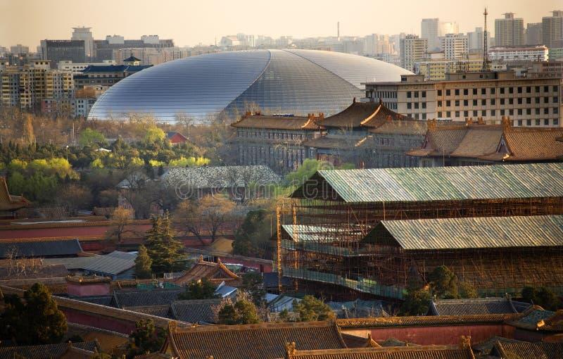 Fim grande da sala de concertos da prata do ovo acima de Beijing China imagens de stock