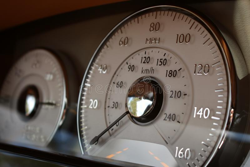 Fim interior luxuoso do velocímetro do painel do carro de esportes acima fotografia de stock