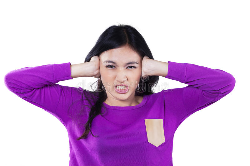 Fim irritado da menina suas orelhas imagens de stock royalty free