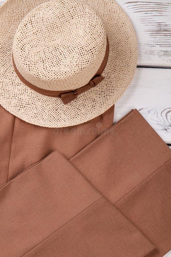 Fim largo do chapéu do verão da palha da borda acima foto de stock