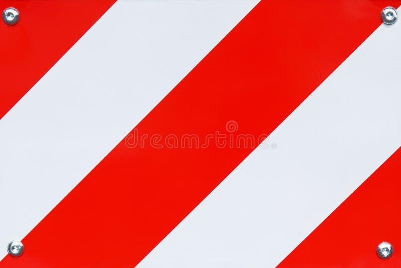Fim listrado vermelho e branco da barreira da estrada do metal acima da textura imagem de stock royalty free