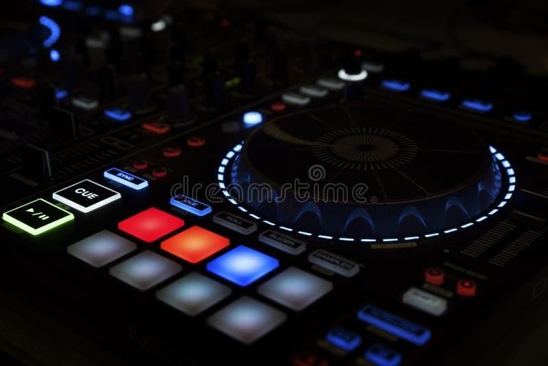 Fim longo da exposição do misturador do DJ acima do equipamento musical foto de stock