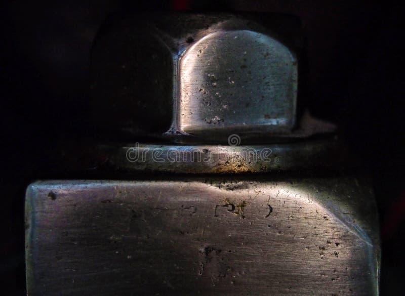 Fim macro acima de um corajoso de aço feito à máquina juntando-se a duas partes de metal brilhante junto em um fundo preto fotos de stock