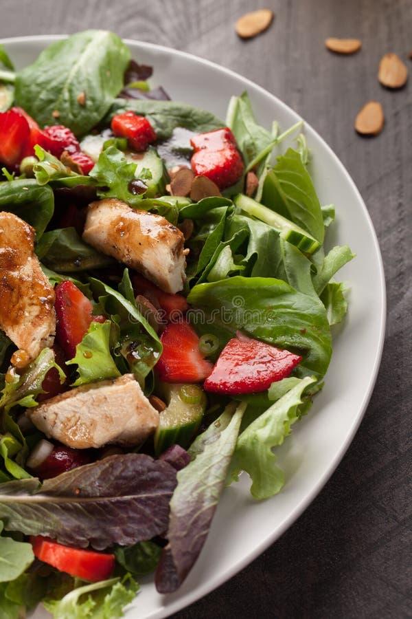 Fim macro alaranjado do tiro de Honey Balsamic Salad da morango acima imagem de stock royalty free