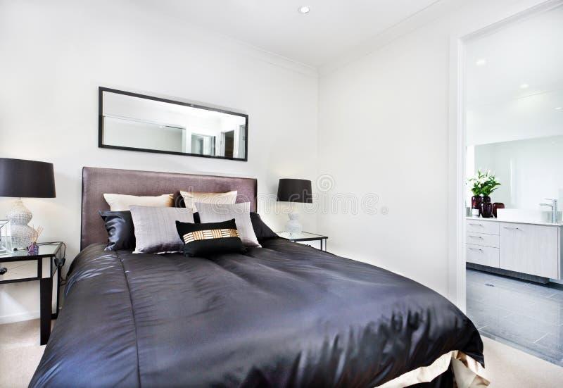 Fim moderno da cama acima com o colchão preto ao lado do banheiro foto de stock royalty free