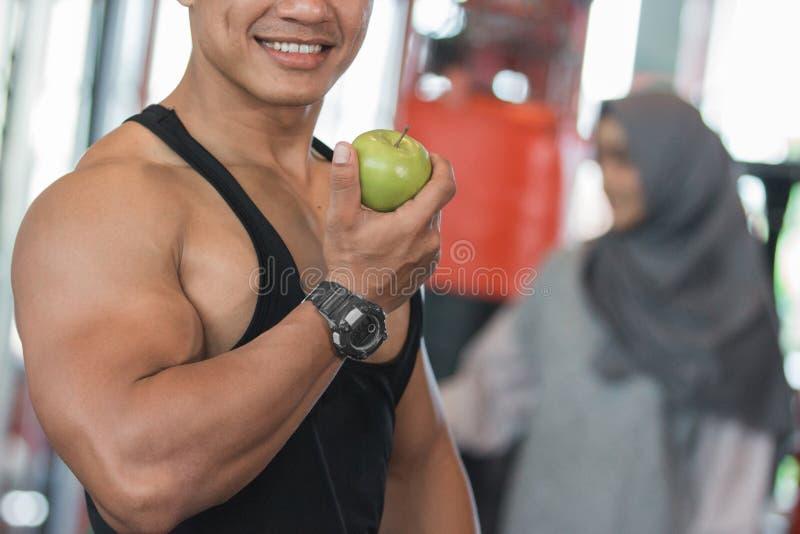 Fim muscular asiático saudável do homem acima foto de stock royalty free