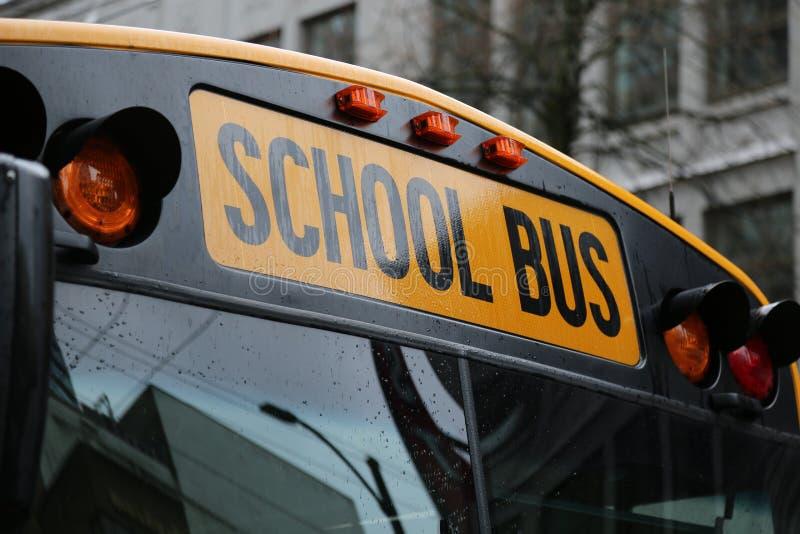 Fim norte-americano do para-brisa do ônibus escolar acima fotografia de stock royalty free