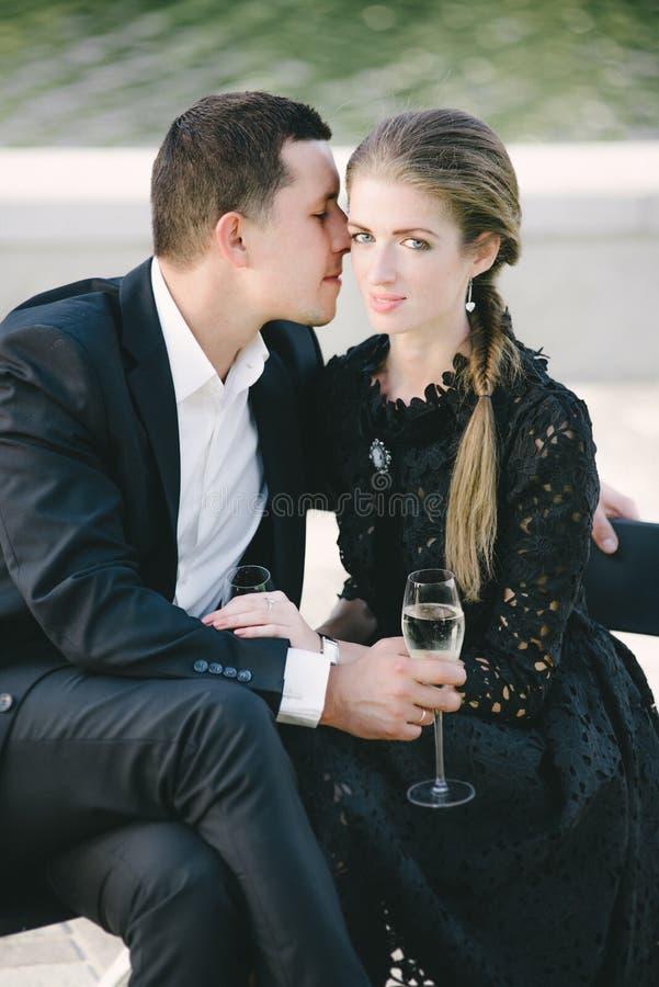 Fim novo do assento dos pares, homem que beija seu mordente fotos de stock royalty free