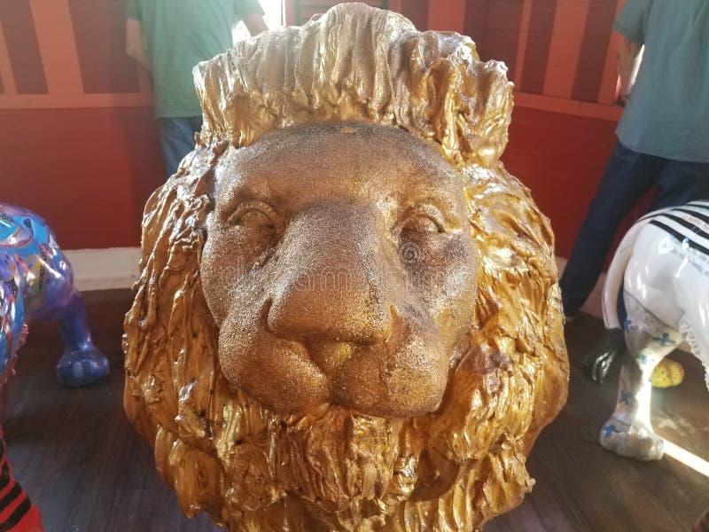 Fim pintado ouro da estátua do leão acima em Ponce, Porto Rico foto de stock royalty free