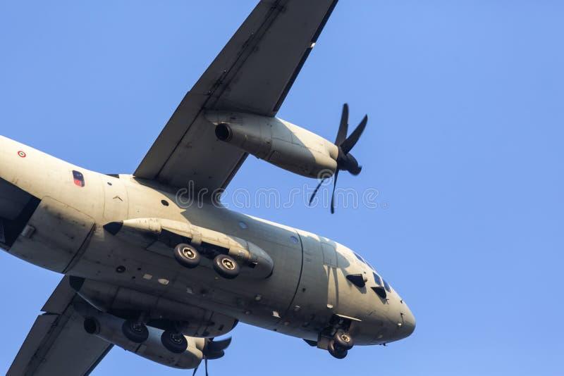 Fim plano militar da aterrissagem acima com carro para fora, durante o festival aéreo ilustração do vetor