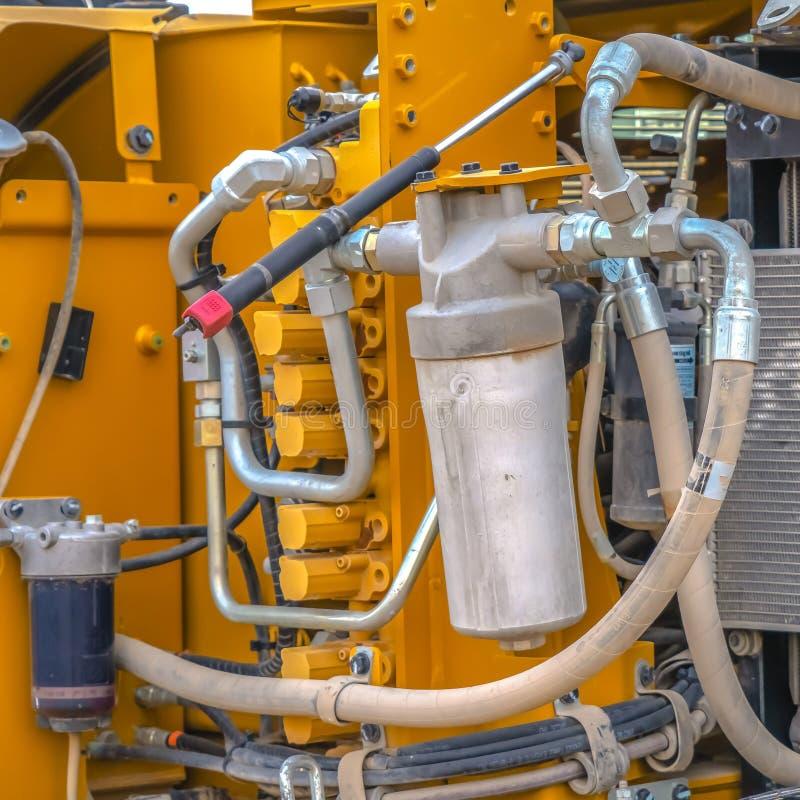 Fim quadrado acima do motor de uma maquinaria de constru??o resistente amarela fotos de stock