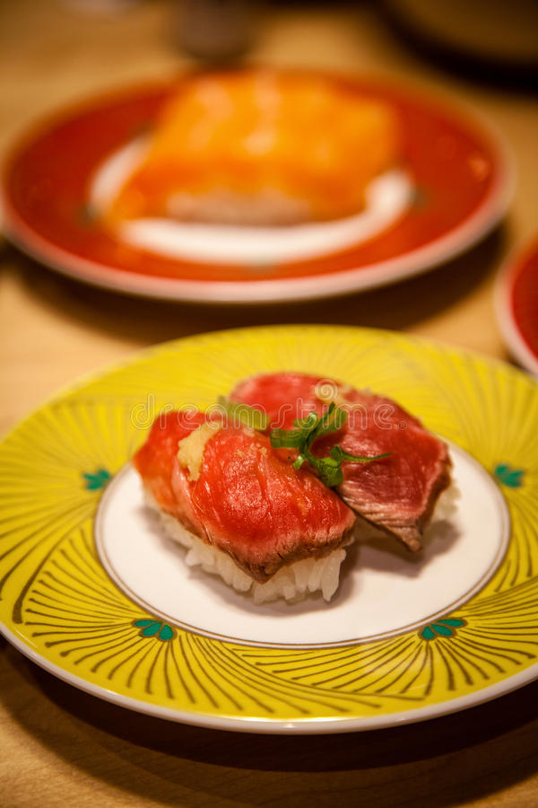 Fim raro do sushi de Tataki Nigiri da carne de Gyuuniku do japonês acima imagens de stock