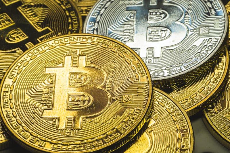 Fim seleto do foco acima de uma pilha de bitcoins da prata e do ouro com fundo do ouro e conceito do negócio e da finança fotografia de stock royalty free