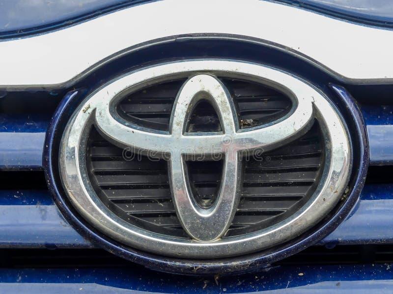 Fim sujo do logotipo de Toyota acima do tiro imagem de stock royalty free