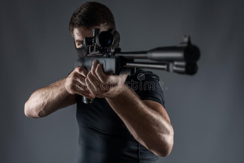 Fim-UPS do homem com apontar do rifle de atirador furtivo isolado fotografia de stock