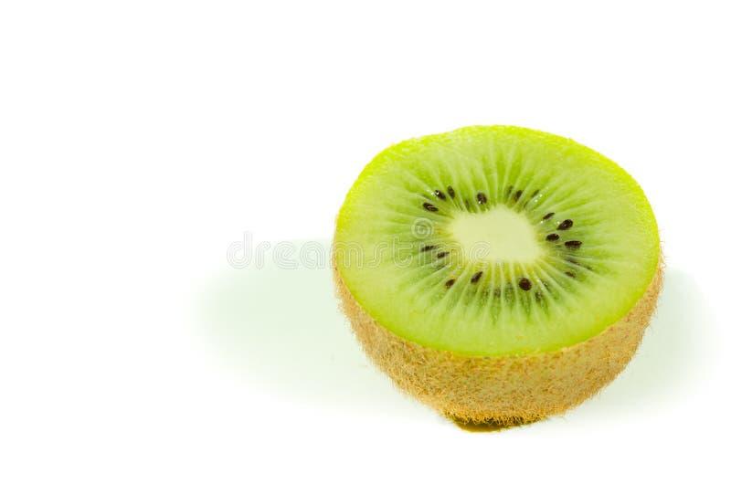 Fim verde fresco da fatia do fruto de quivi acima isolado parcialmente no fundo branco com foco seletivo, vista de cima de fotografia de stock royalty free