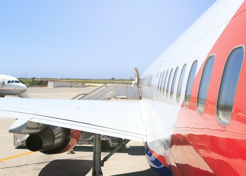 Fin à fuselage large de côté d'avion de grand passager moderne lourd vers le haut de vue extérieure détaillée avec la poignée de  images libres de droits