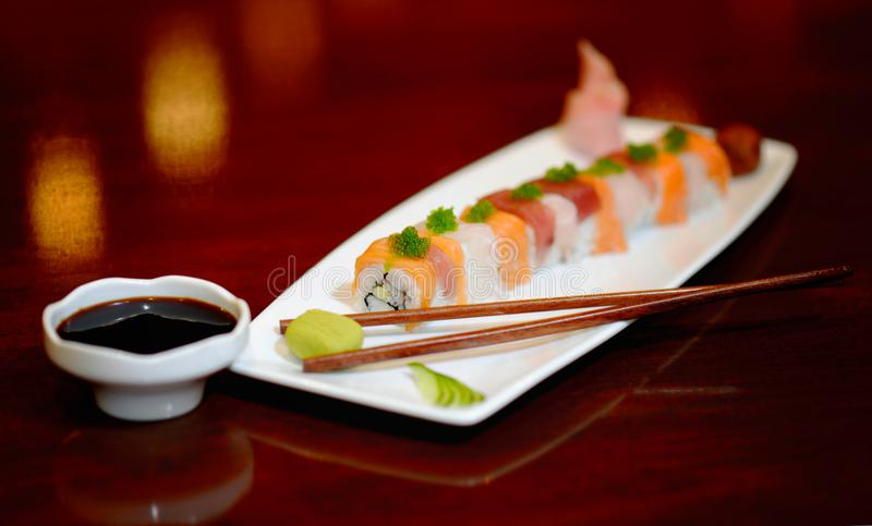 Fin äta middag erfarenhet för sushiuppläggningsfat royaltyfri foto