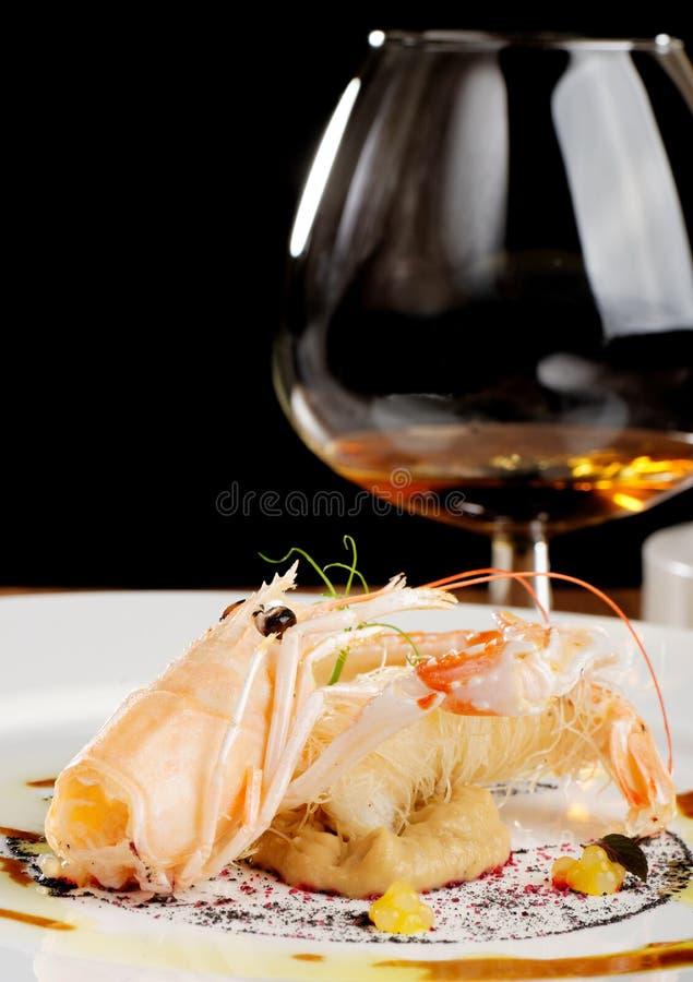 Fin äta middag scampi-/Norge hummer på auberginekräm med en Cognac royaltyfri foto