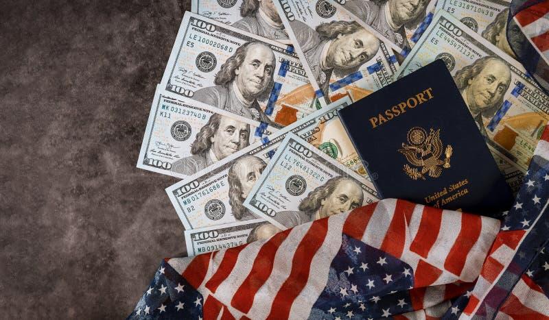 Fin américaine de passeport vers le haut de l'argent américain des dollars du drapeau des Etats-Unis photos stock