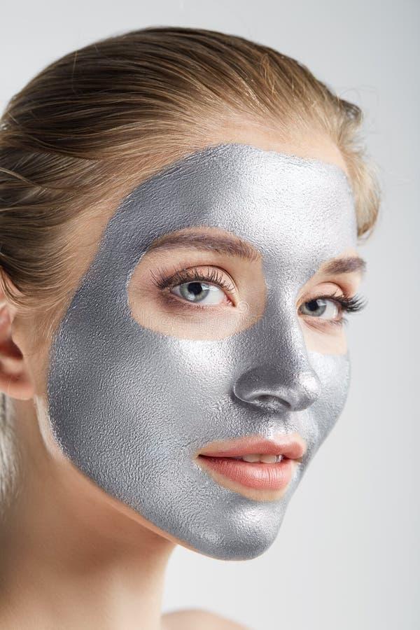 Fin argentée saine de masque de santé de soins de la peau de portrait de femme vers le haut de blanc photo stock