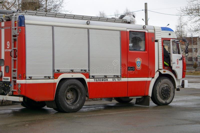Fin avant vers le haut de vue d'un camion de pompiers de brosse de délivrance du feu photo stock