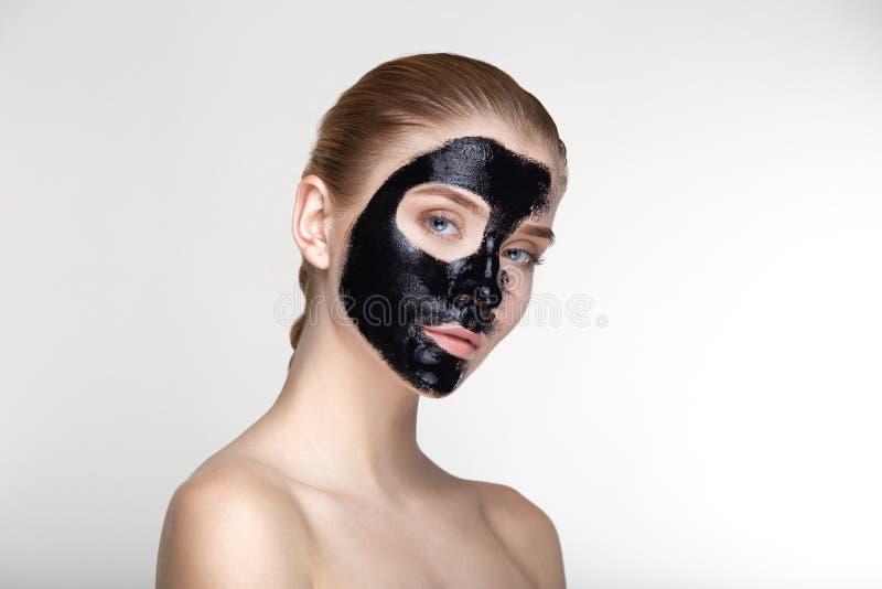 Fin blanche de fond de masque de noir de santé de soins de la peau de femme de portrait de beauté  photo stock