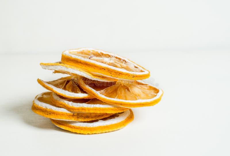 Fin blanche sèche de fond ensemble empilée par tranche de citron vers le haut de tir images stock