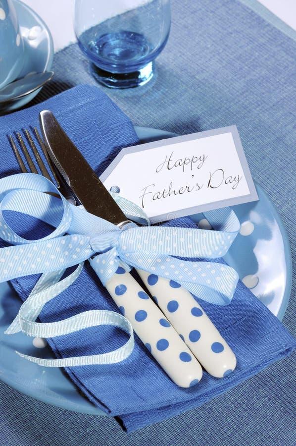 Fin bleue heureuse d'arrangement de table de thème de jour de pères  images stock