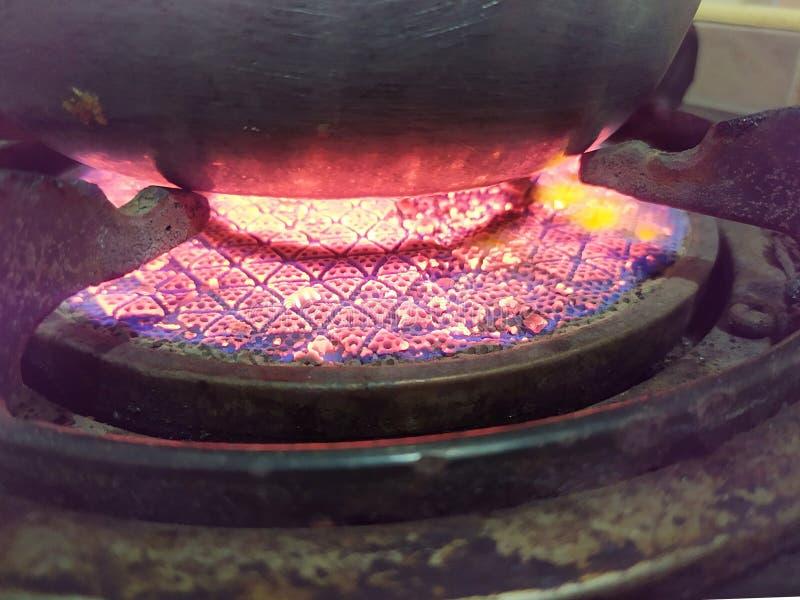 Fin brûlante de vieille cuisinière à gaz infrarouge  images stock