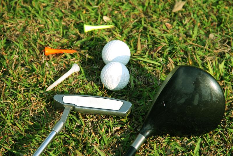 Fin brouill?e de club de golf et de boule de golf dans le domaine d'herbe photographie stock