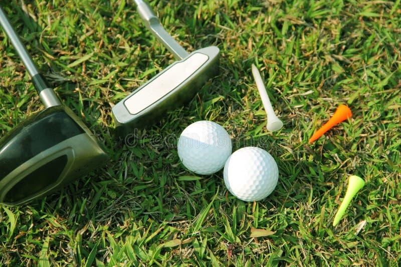 Fin brouill?e de club de golf et de boule de golf dans le domaine d'herbe photos libres de droits
