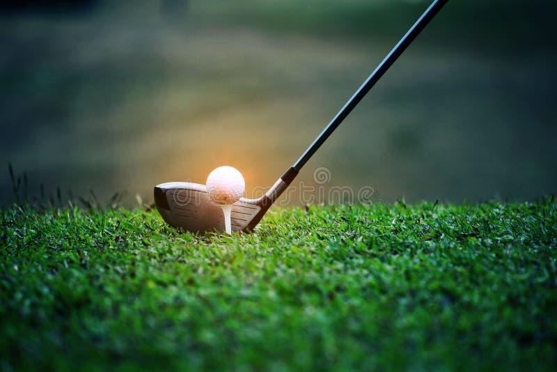 Fin brouill?e de club de golf et de boule de golf dans le domaine d'herbe images stock
