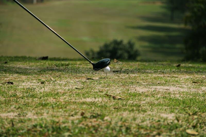 Fin brouill?e de club de golf et de boule de golf dans le domaine d'herbe photo stock