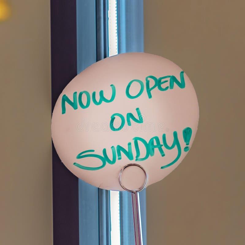 Fin carrée vers le haut de vue d'un signe manuscrit qui lit maintenant ouvert le dimanche photos stock