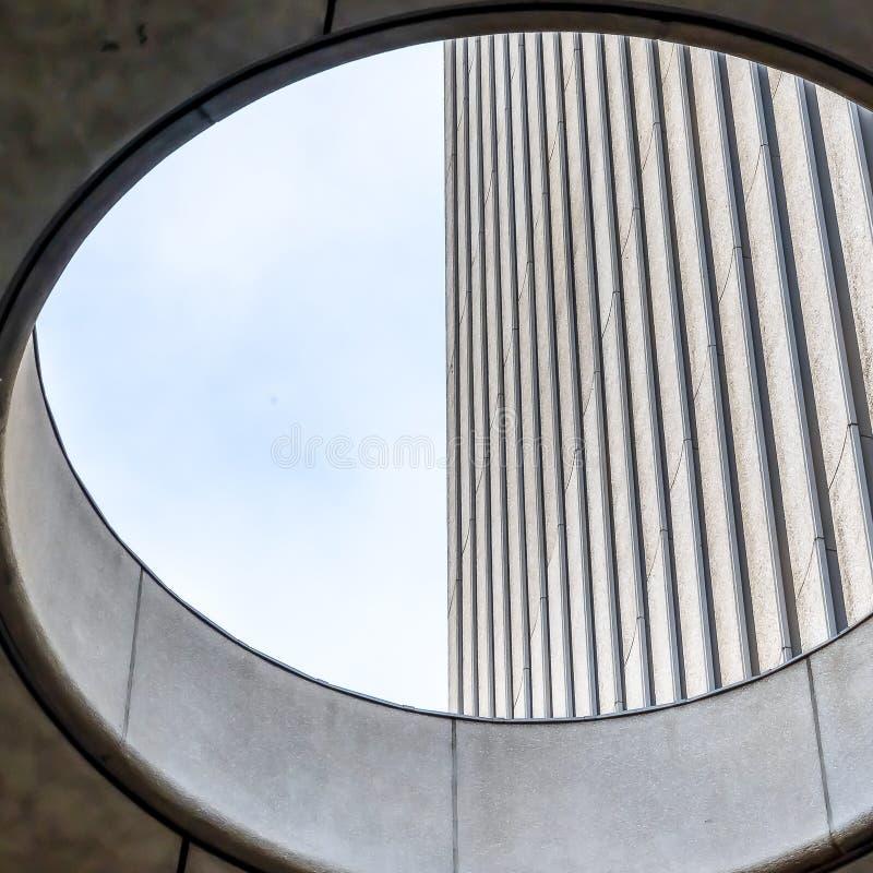 Fin carrée vers le haut de vue de l'intérieur de la lucarne ronde d'un bâtiment photographie stock