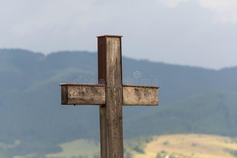 Fin catholique de croix de chêne simple vers le haut de tir, bois de pin image libre de droits