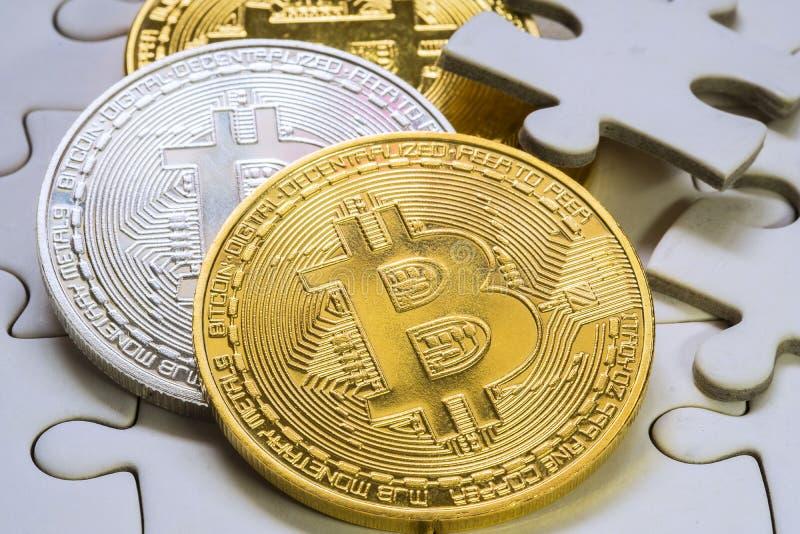 fin choisie de foyer vers le haut d'une pièce de monnaie d'or et argentée de bitcoin Cryptocurrency Morceaux absents de puzzle de photo libre de droits