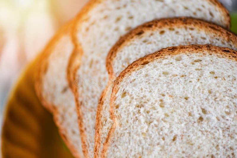 Fin découpée en tranches de pain vers le haut de vue supérieure - coupe de pain de blé entier images libres de droits