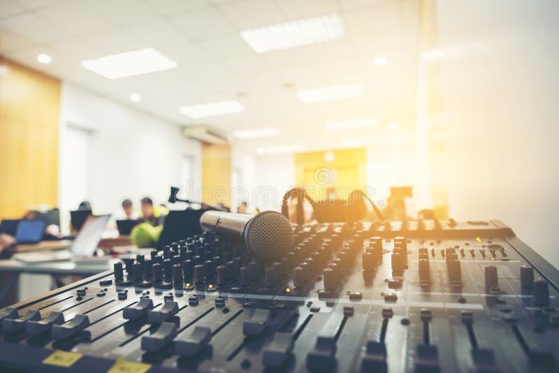 Fin d'amplificateur de vintage haute et microphone, mélangeur et mélangeur de puissance images libres de droits