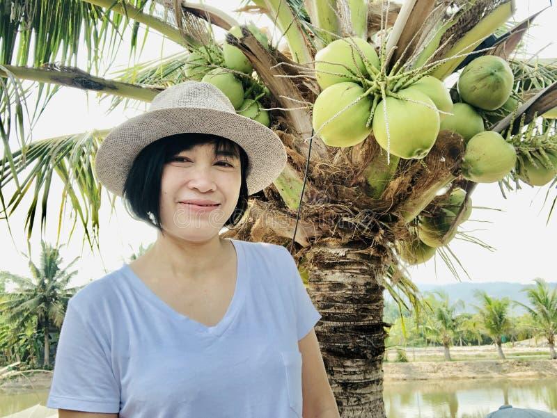 Fin d'ext?rieur vers le haut de portrait du sourire de fille ou de la femme asiatique souriant en parc et regardant la cam?ra images stock