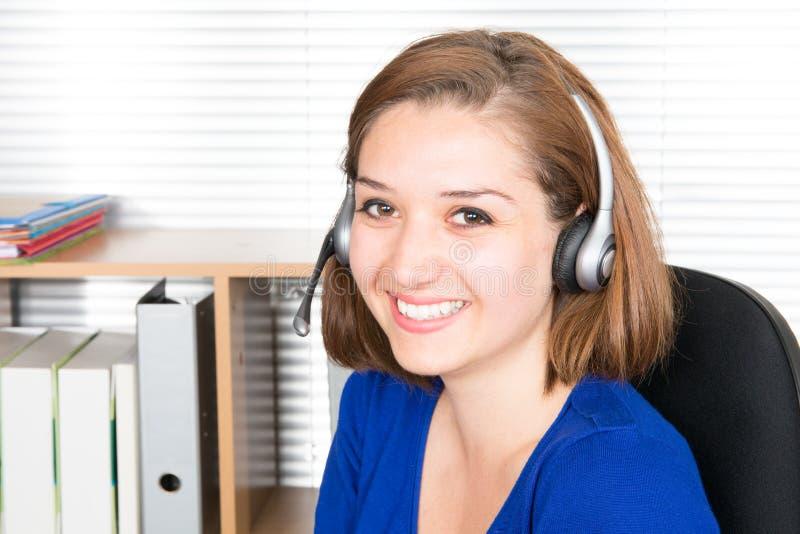 Fin d'opérateur de soutien vers le haut d'opérateur de sourire de centre d'appels de portrait avec le casque de téléphone images stock